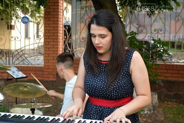 На два часа сквер у Дворца культуры Черноморска превратился в «Музыкальный дворик», фото-5