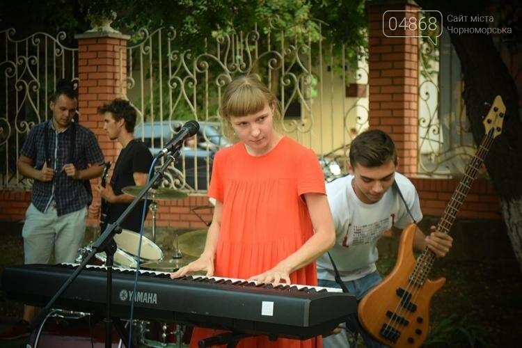 На два часа сквер у Дворца культуры Черноморска превратился в «Музыкальный дворик», фото-1