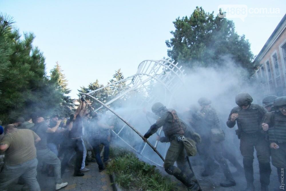 «Дело 2 мая»: в драке у суда Черноморска пострадали 20 правоохранителей, открыто уголовное производство (фото, видео), фото-6