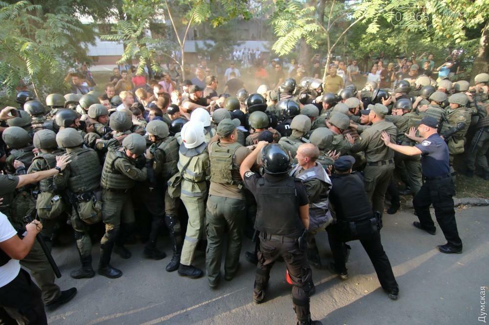 «Дело 2 мая»: в драке у суда Черноморска пострадали 20 правоохранителей, открыто уголовное производство (фото, видео), фото-7