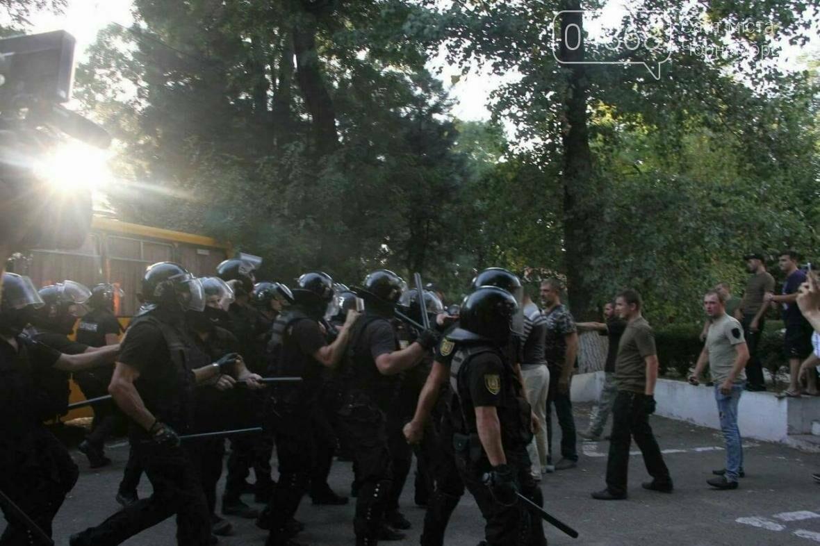 «Дело 2 мая»: в драке у суда Черноморска пострадали 20 правоохранителей, открыто уголовное производство (фото, видео), фото-3