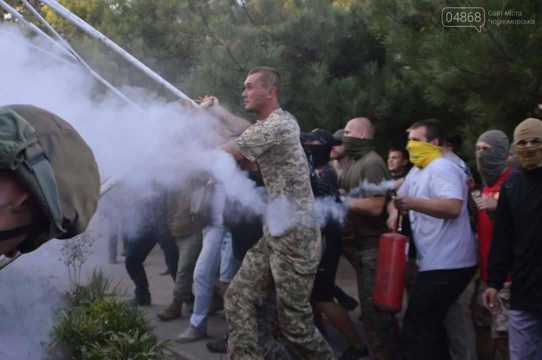 «Дело 2 мая»: в драке у суда Черноморска пострадали 20 правоохранителей, открыто уголовное производство (фото, видео), фото-1
