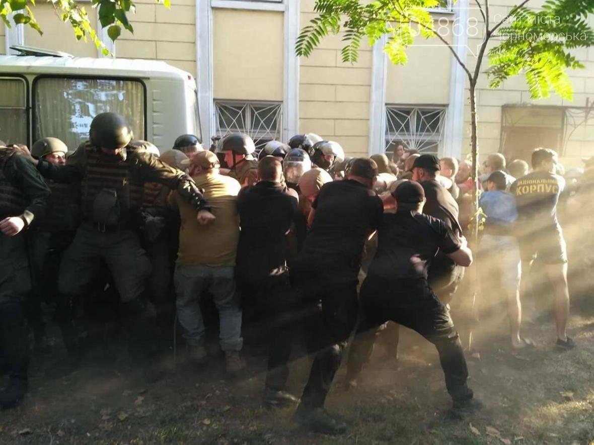 «Дело 2 мая»: в драке у суда Черноморска пострадали 20 правоохранителей, открыто уголовное производство (фото, видео), фото-4