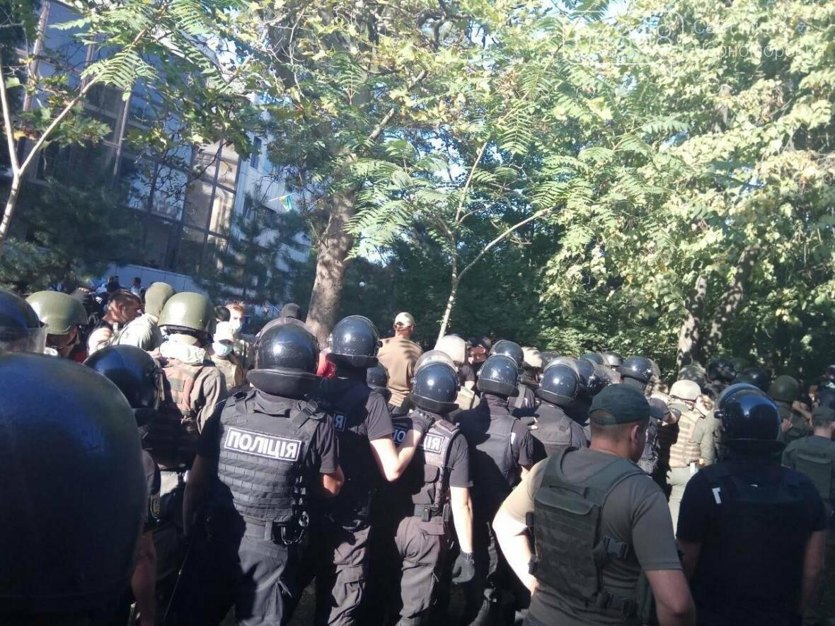 «Дело 2 мая»: в драке у суда Черноморска пострадали 20 правоохранителей, открыто уголовное производство (фото, видео), фото-5