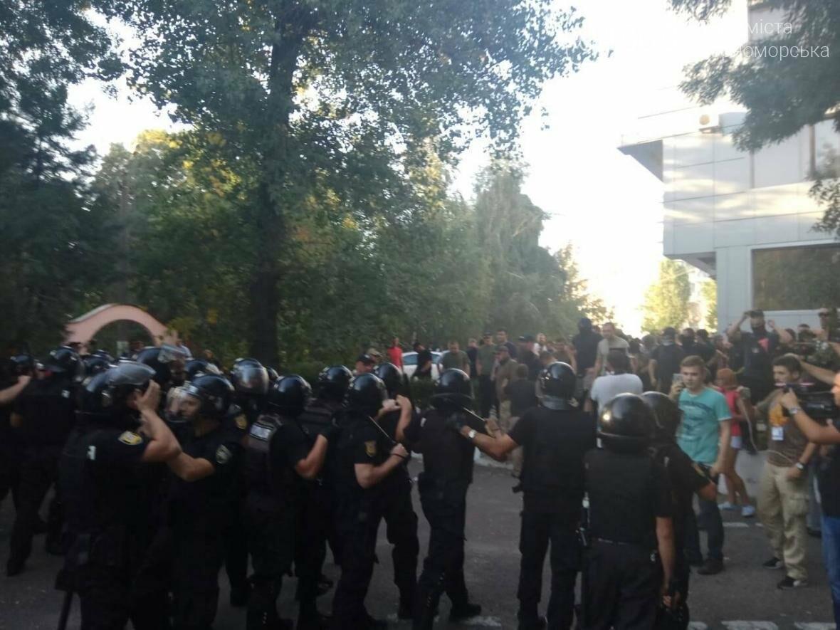 «Дело 2 мая»: в драке у суда Черноморска пострадали 20 правоохранителей, открыто уголовное производство (фото, видео), фото-2