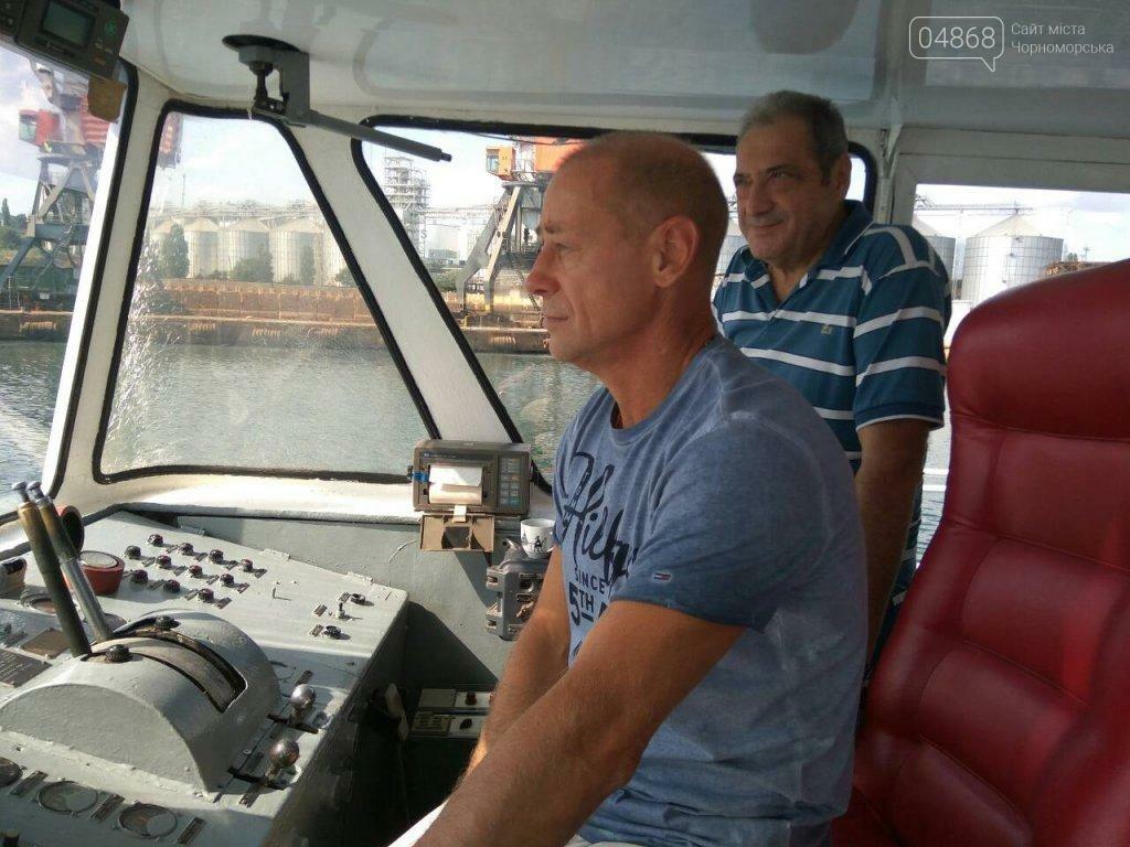 Черноморским школьникам провели экскурсию по акватории порта, фото-1