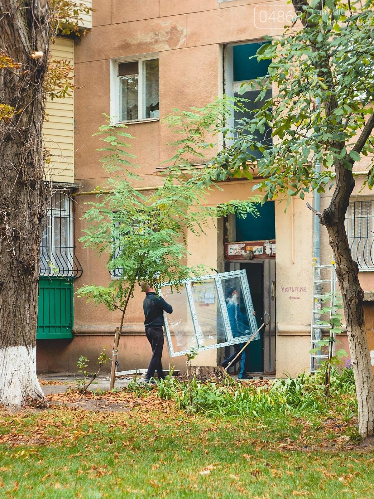 За счёт бюджета Черноморска производится замена окон в подъездах, фото-5