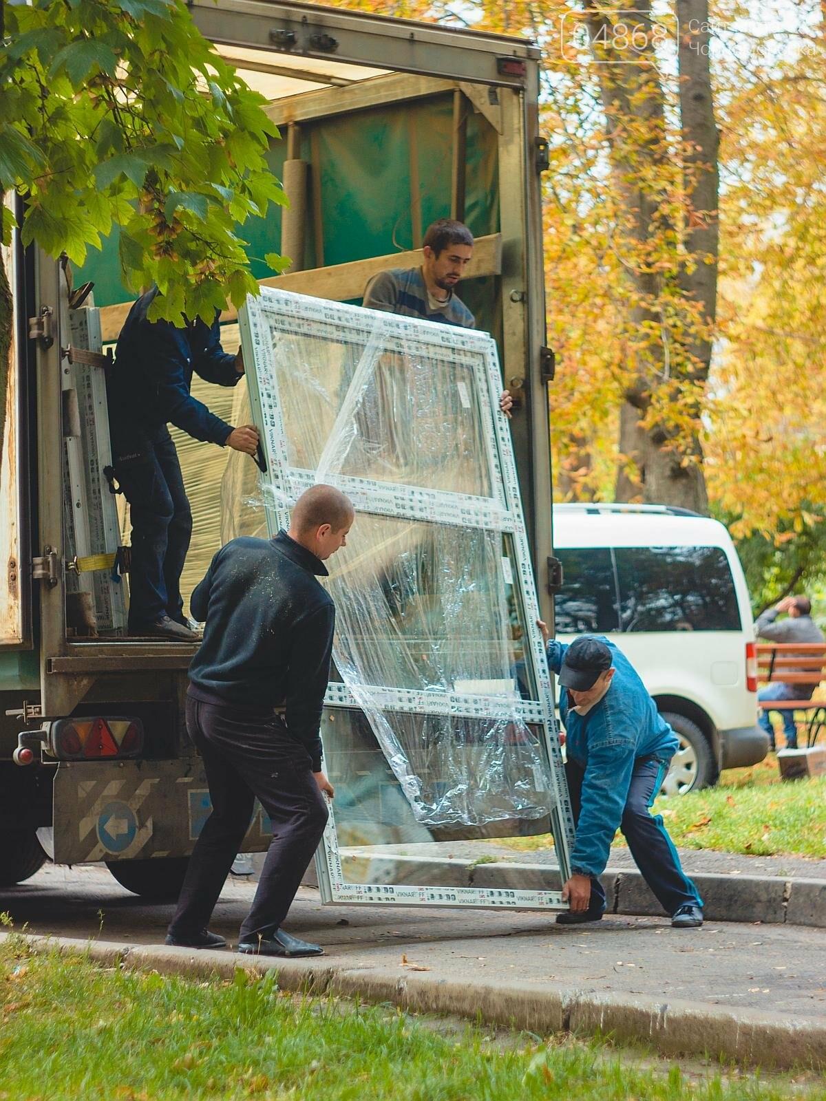 За счёт бюджета Черноморска производится замена окон в подъездах, фото-3