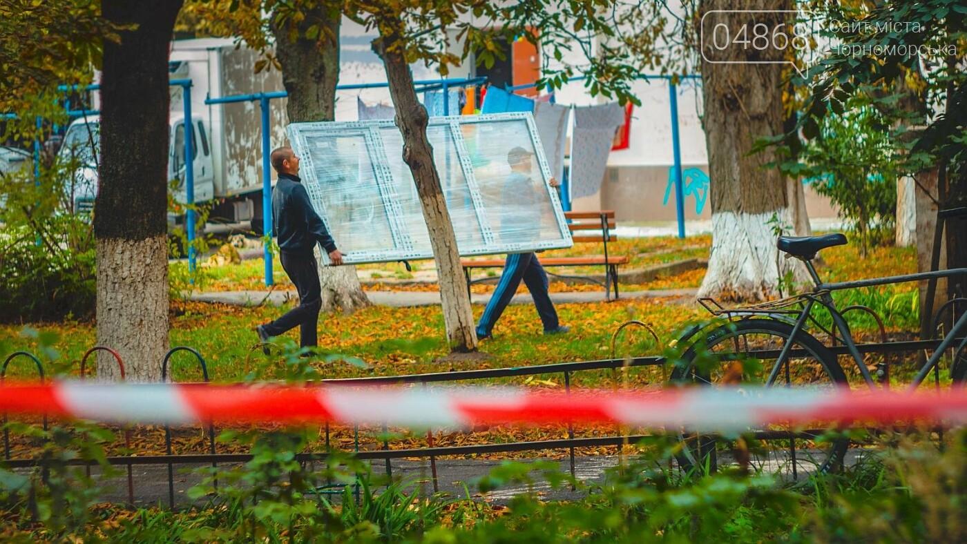 За счёт бюджета Черноморска производится замена окон в подъездах, фото-1