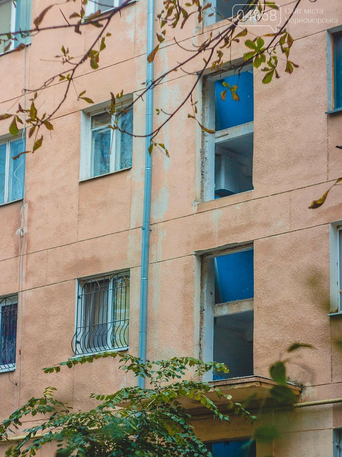 За счёт бюджета Черноморска производится замена окон в подъездах, фото-2