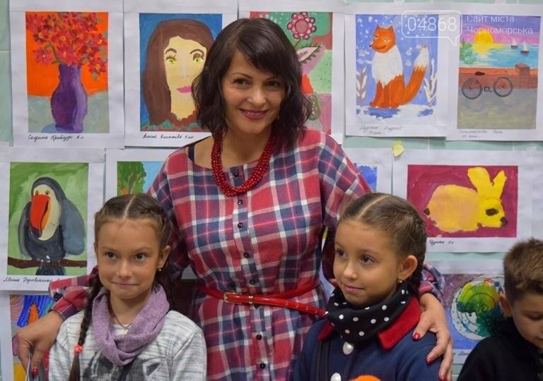 100 детских рисунков: в Черноморске открылась выставка «Краски жизни» (фото), фото-1