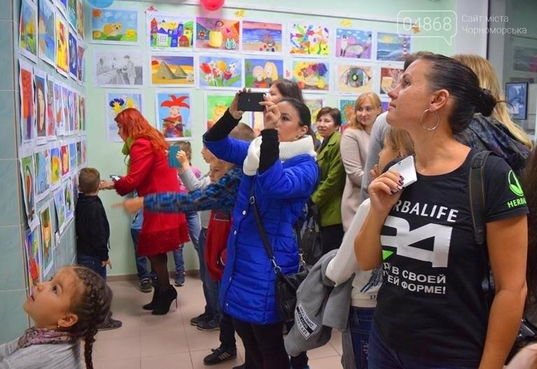 100 детских рисунков: в Черноморске открылась выставка «Краски жизни» (фото), фото-3
