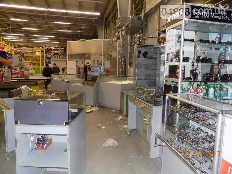 Из ювелирного отдела черноморского супермаркета «Таврии-В» грабители похитили изделия на сумму более двух  миллионов гривен (обновлено), фото-1