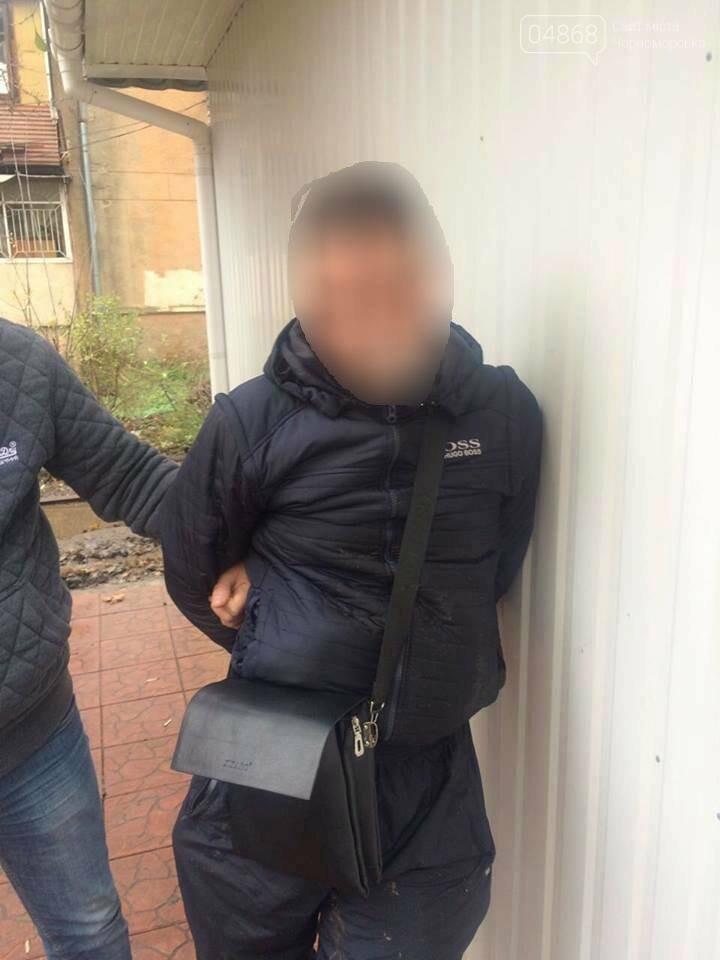 Воры-интеллигенты: у жительницы Черноморска украли книги (фото), фото-1
