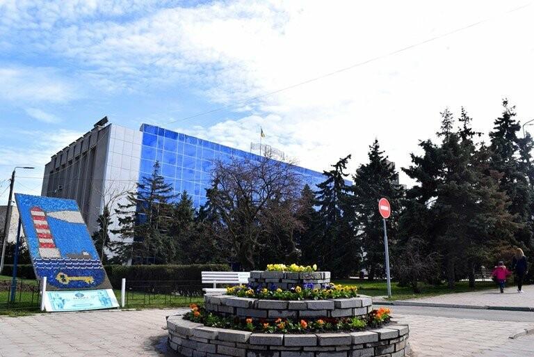 Весне дорогу: первые цветы заполнили клумбы Черноморска, фото-6