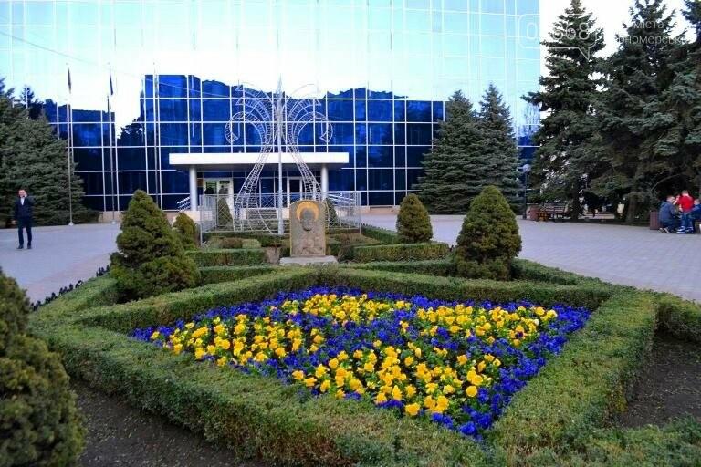 Весне дорогу: первые цветы заполнили клумбы Черноморска, фото-1