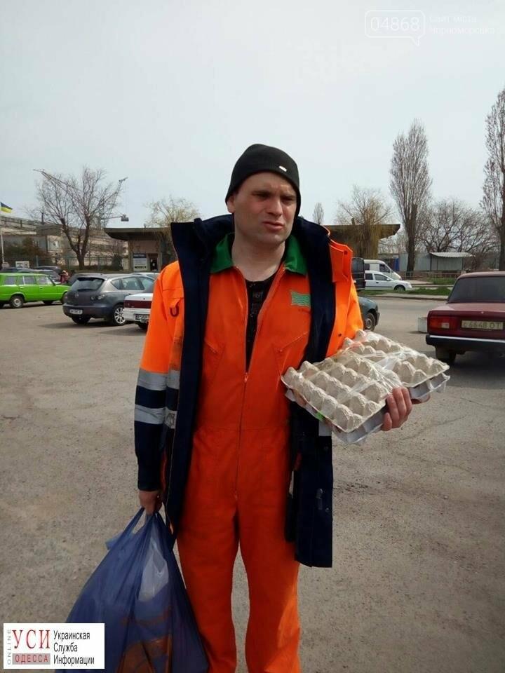 Требующий зарплаты моряк уже полтора месяца живет на судне в Черноморске: ему привезли продукты, фото-1