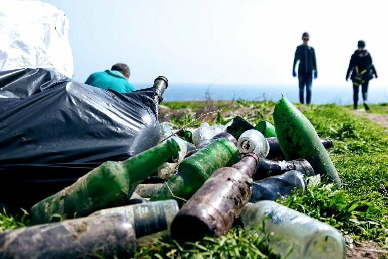 «Экотерапия моря и души»: ребята из черноморской школы № 1 провели акцию по очистке побережья от мусора, фото-1