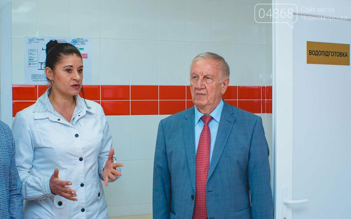 Мэр Черноморска поздравил медиков и посетил новое отделение больницы, фото-10