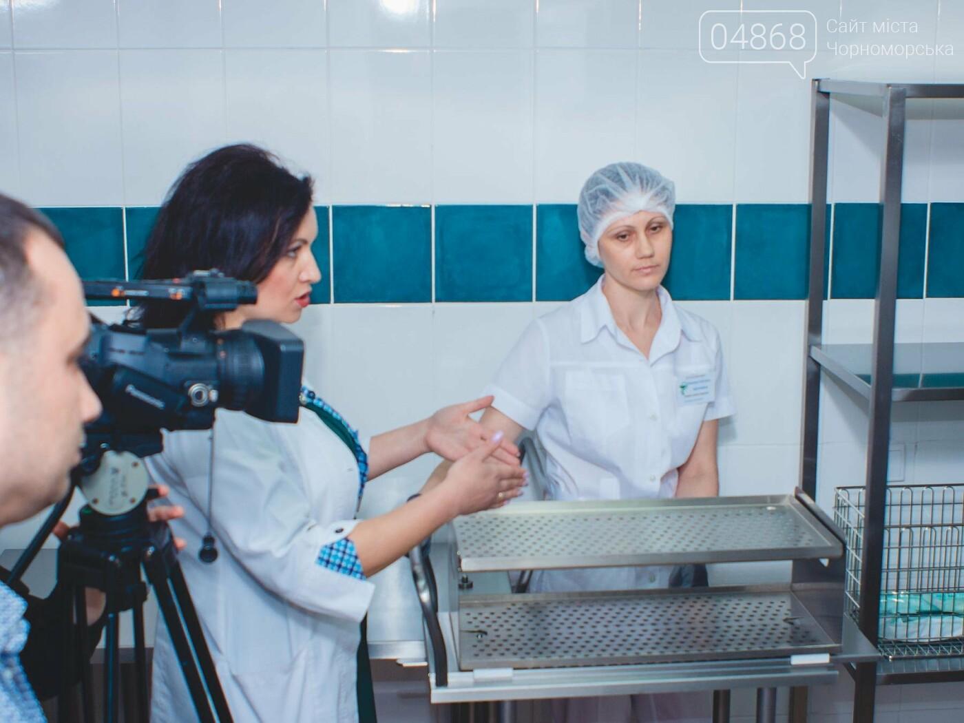 Мэр Черноморска поздравил медиков и посетил новое отделение больницы, фото-18