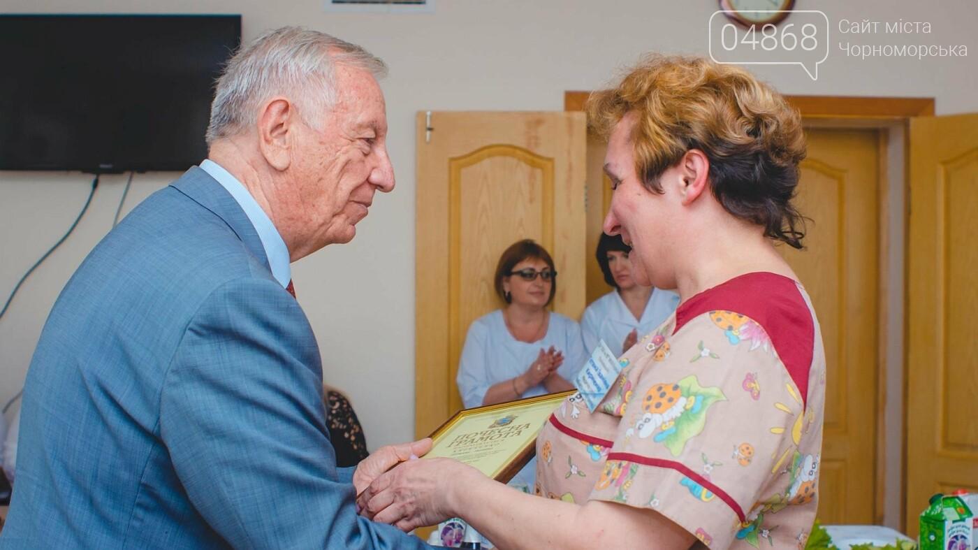 Мэр Черноморска поздравил медиков и посетил новое отделение больницы, фото-16