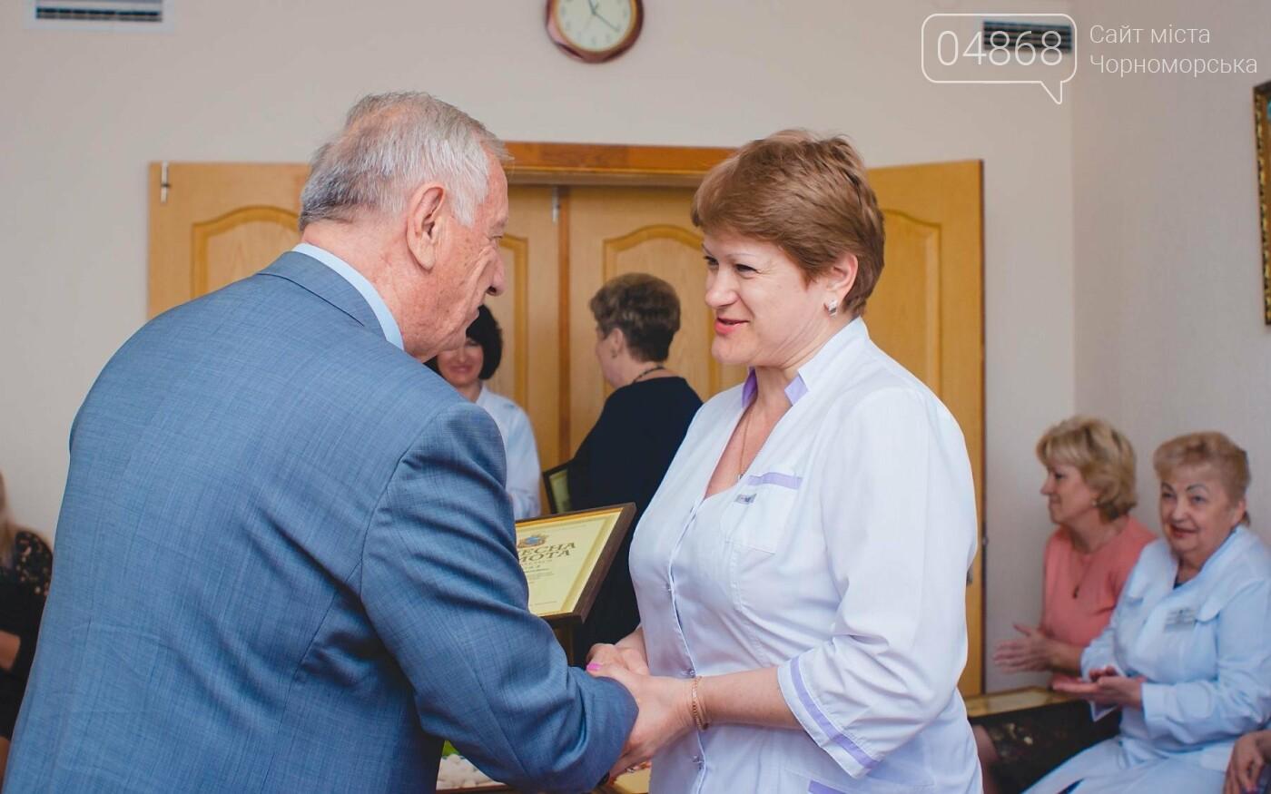 Мэр Черноморска поздравил медиков и посетил новое отделение больницы, фото-17