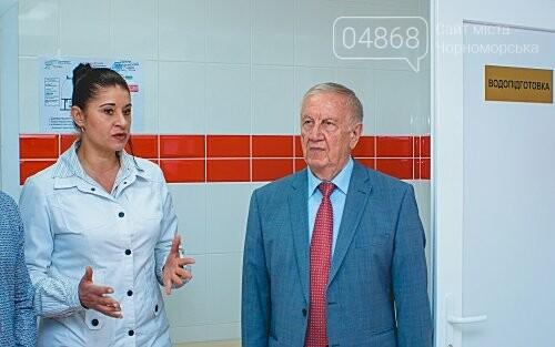 Мэр Черноморска поздравил медиков и посетил новое отделение больницы, фото-1