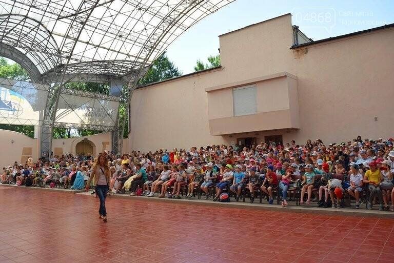 «Дети – детям»: в Черноморске прошёл большой праздник открытия летних лагерей, фото-14