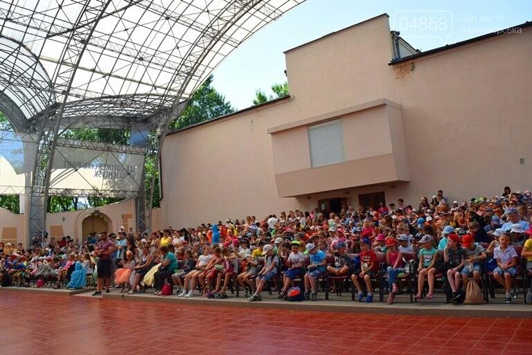 «Дети – детям»: в Черноморске прошёл большой праздник открытия летних лагерей, фото-17