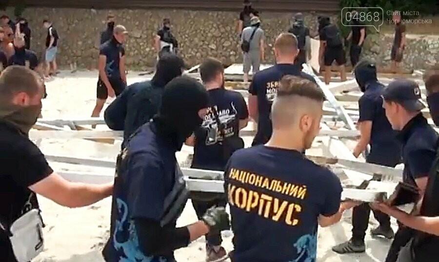 Активисты в футболках «Нацкорпуса» разгромили недострой на пляже в Одессе, фото-5