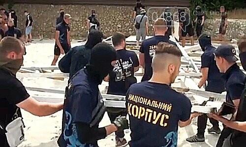 Активисты в футболках «Нацкорпуса» разгромили недострой на пляже в Одессе, фото-1