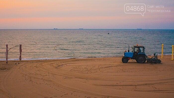 Песок на Центральном пляже Черноморска ежедневно чистят и просеивают, фото-1