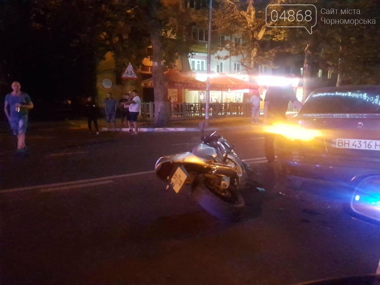 ДТП в Черноморске: легковушка и мотоцикл встретились воскресным вечером на проспекте, фото-3