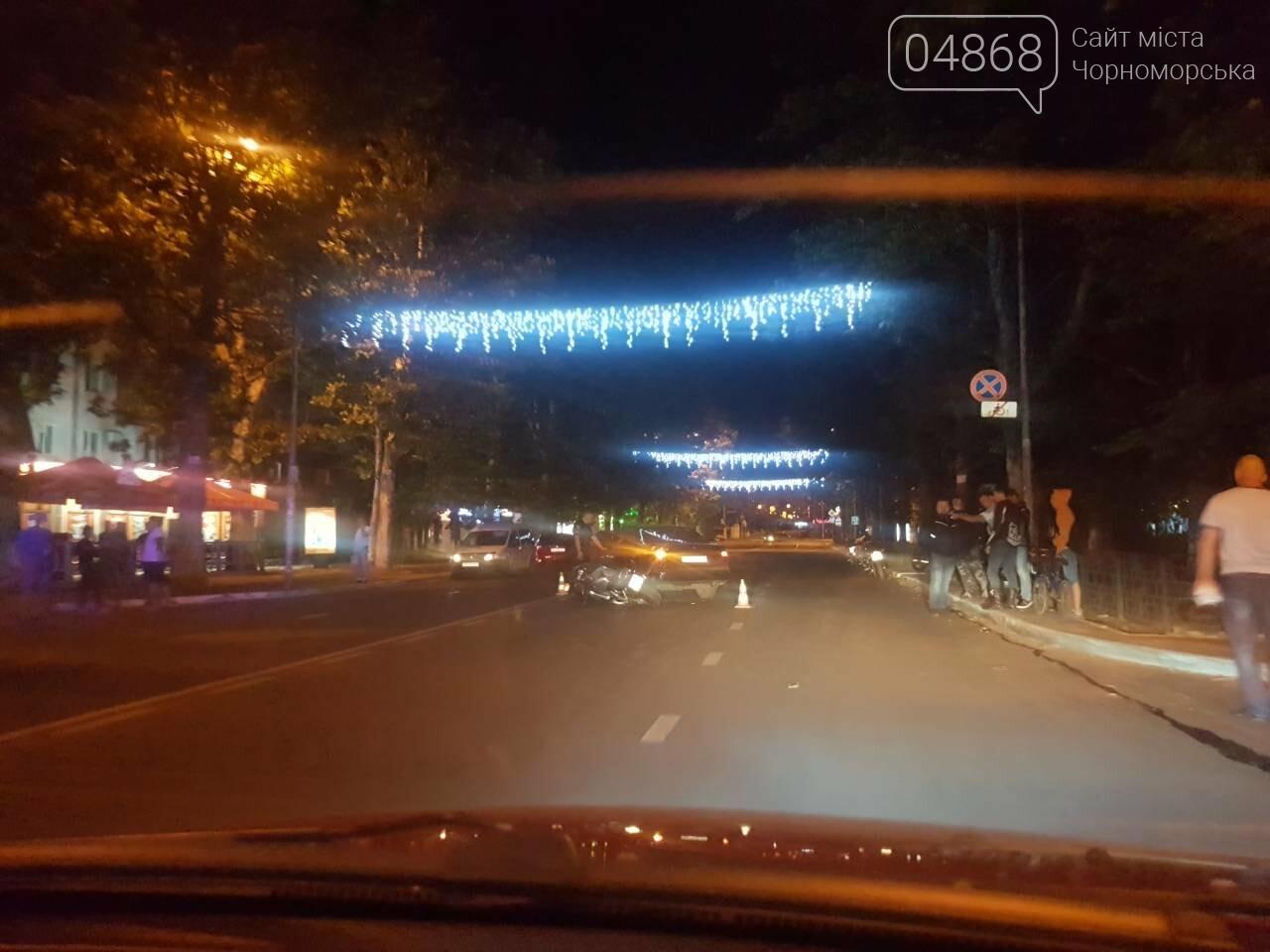 ДТП в Черноморске: легковушка и мотоцикл встретились воскресным вечером на проспекте, фото-1