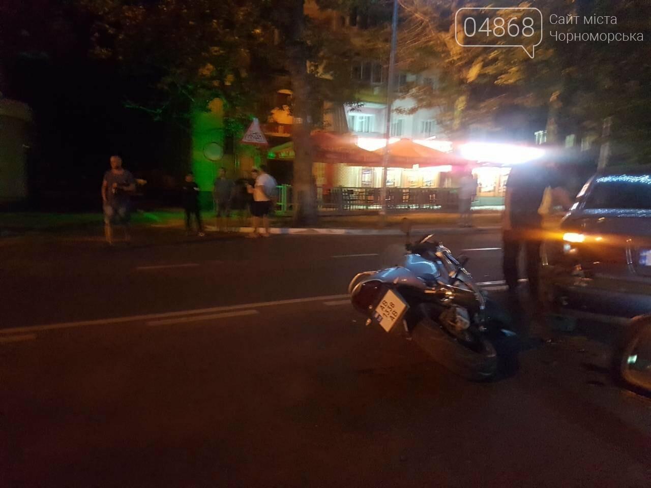 ДТП в Черноморске: легковушка и мотоцикл встретились воскресным вечером на проспекте, фото-4