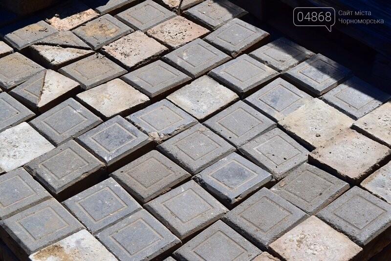 В центре Черноморска ремонтируют плиточное покрытие тротуара, фото-7