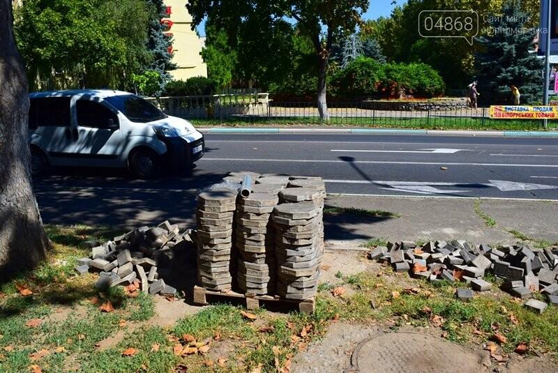 В центре Черноморска ремонтируют плиточное покрытие тротуара, фото-6