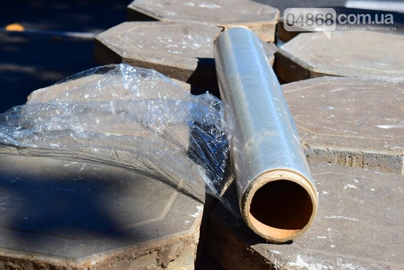 В центре Черноморска ремонтируют плиточное покрытие тротуара, фото-5