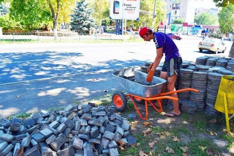 В центре Черноморска ремонтируют плиточное покрытие тротуара, фото-3