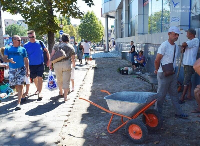 В центре Черноморска ремонтируют плиточное покрытие тротуара, фото-1