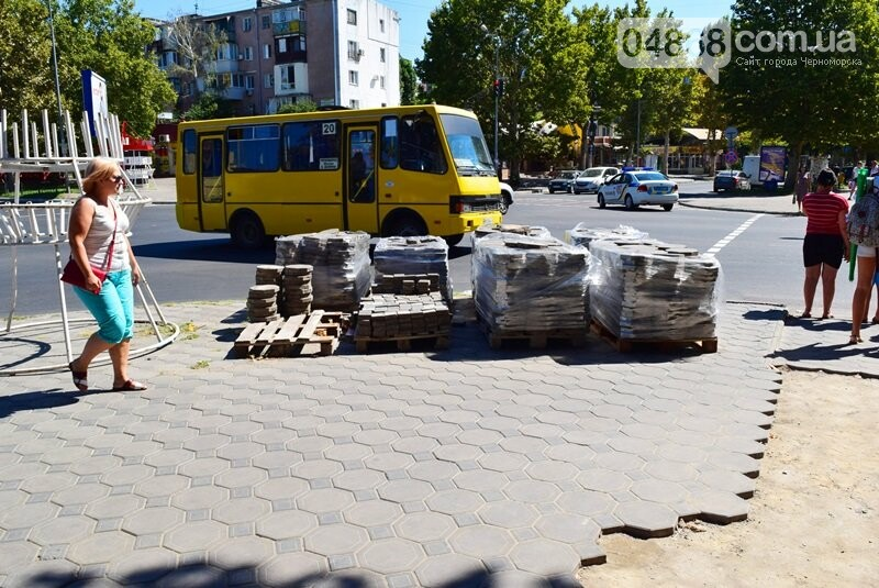В центре Черноморска ремонтируют плиточное покрытие тротуара, фото-4