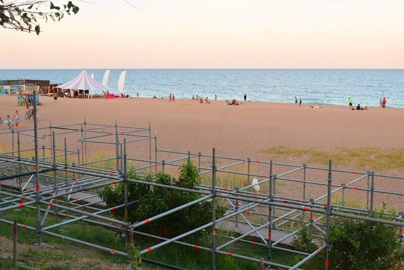 На побережье Черноморска монтируют главную сцену фестиваля «Koktebel Jazz», фото-1