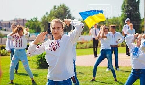 Жители Черноморска прошли по городу с 27-метровым Флагом Украины , фото-3