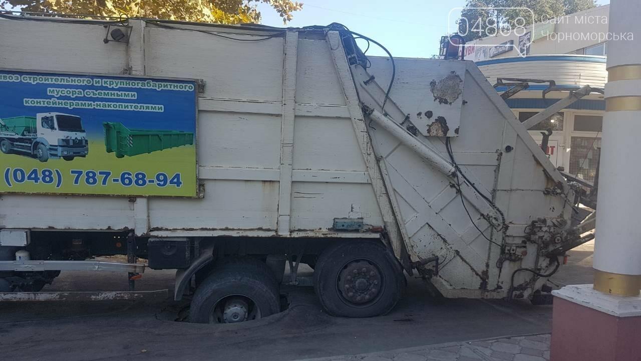 В Черноморске возле рынка «Сокол» колесо мусоровоза ушло под асфальт , фото-2