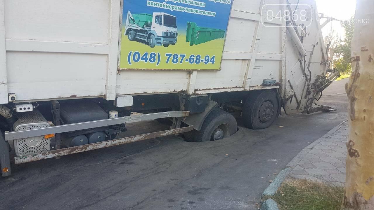 В Черноморске возле рынка «Сокол» колесо мусоровоза ушло под асфальт , фото-4