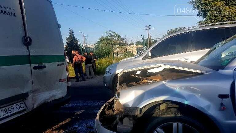 При выезде из Черноморска, возле Александровского моста, пострадала инкассаторская машина, фото-1
