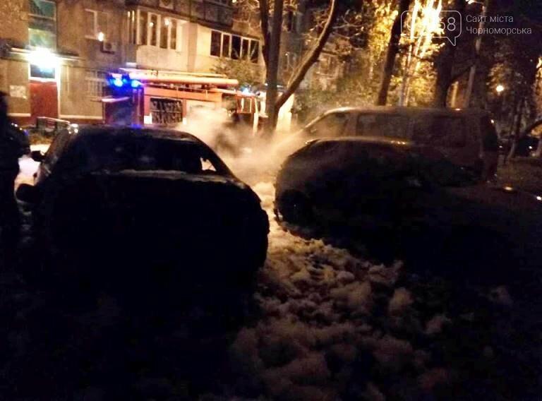 Утро понедельника: в Черноморске горели две иномарки, фото-1