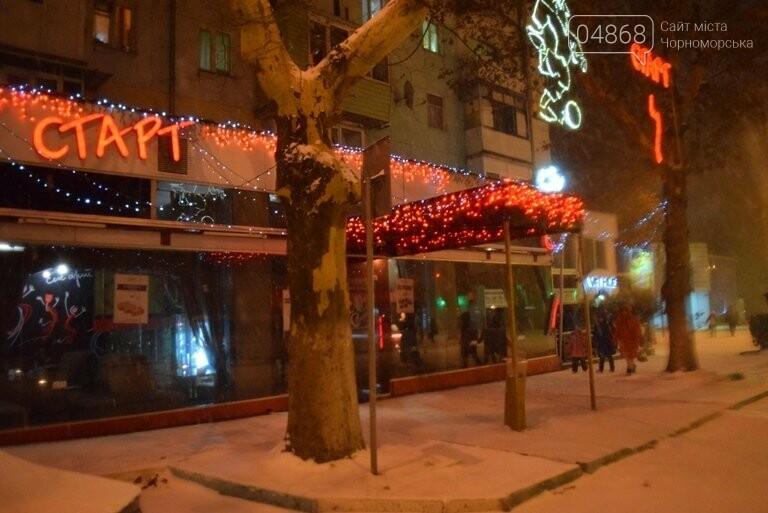 «Остаёмся зимовать»: Черноморск засыпает снегом (фото), фото-7