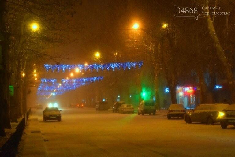 «Остаёмся зимовать»: Черноморск засыпает снегом (фото), фото-1
