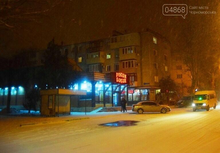 «Остаёмся зимовать»: Черноморск засыпает снегом (фото), фото-9